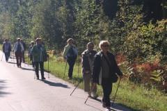 Słuchacze UAS w Starachowicach podczas spaceru edukacyjnego